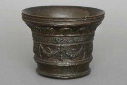 Mörser des 15./16. JahrhundertsBronze, dunkel patiniert, wohl Oberitalien, zylindrisches Gefäß mit
