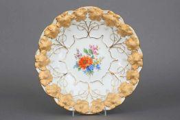 MEISSEN Prunktellerrunder, geschweifter Teller mit Reliefdekor (Weinreben) mit Ätzgold- und