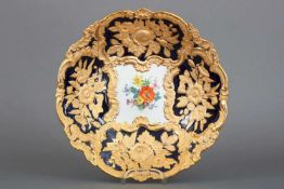 MEISSEN Prunktellerrunder, geschweifter Teller mit Reliefdekor (Rocaillen und Blümenbouquets) mit