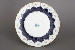MEISSEN Kuchenplatterunder Teller mit leicht welligem Rand, kobaltblauer Fond, Goldstaffage,