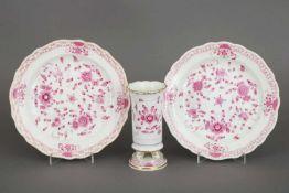 3 Teile MEISSEN PorzellanDekor ¨Indisch purpur¨, bestehend aus 2 Tellern (D 21,6cm), Form Neuer