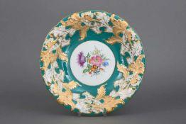 MEISSEN Prunktellerrunder, geschweifter Teller mit Reliefdekor (Blätter) mit Ätzgold- und