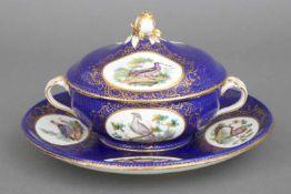 SEVRÈS Deckelterrine auf TellerPorzellan, 19. Jahrhundert, kobaltblauer Fond mit feiner