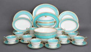 WEDGWOOD Speiseservice Porzellan, mintgrüner Fond, Golddekor, bestehend aus 6 Tellern, 2 tiefen