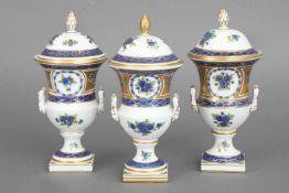 3 POTSCHAPPEL DRESDEN Deckelamphorenblau-gold-Dekor mit Floralbemalung, ovoider Korpus, H ca. 20cm