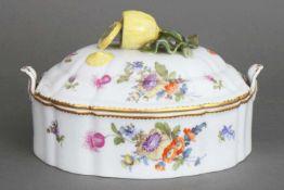 NYMPHENBURG DeckelterrinePorzellan, ovale Form mit 2 seitlichen Handhaben, polychrome Blumenmalerei,