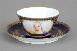 1 SEVRES Tasse des 19. Jahrhundertshandgemaltes Damenbildnis in ovaler, umrankter Kartusche mit