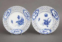 Paar ROYAL COPENHAGEN Gittertellerflorale Blau-weiß-Malerei, Gitterrand mit 3 passigen Kartuschen,