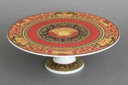 ROSENTHAL VERSACE TortenständerPorzellan, Dekor ¨Medusa¨, runde Platte (D 33cm) mit schwarz-goldenem