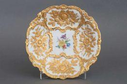 MEISSEN PrunktellerPorzellan, mit üppigem, reliefiertem Golddekor, im Spiegel Floraldekor (¨