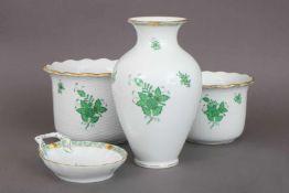 Konvolut HEREND Porzellan ¨Apponyi (grün)¨bestehend aus 2 Cachepots (H 16/19cm, D 11/13,5cm), 1