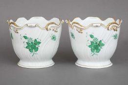 Paar HEREND Cachepots ¨Apponyi (grün)¨welliger Rand und wellige Wandung, Goldrand, H ca. 16cm