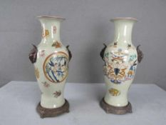 Ein Paar asiatische Vasen seitlich mit bronzenen Tierköpfen seperate Bronze Füße lasierte Keramik