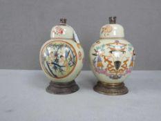 2 Deckelvasen asiatisch Bronzeappliken sowie Bronzefuß bemalte Keramik 28 cm hoch
