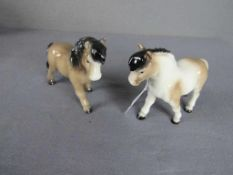 Zwei Porzellanfiguren Goebel Ponys 10,5cm hoch- - -20.00 % buyer's premium on the hammer price19.