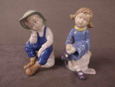 Pärchen Porzellanfiguren zwei Stück nachdenkliche sitzende Kinder ca.16cm hoch Hersteller