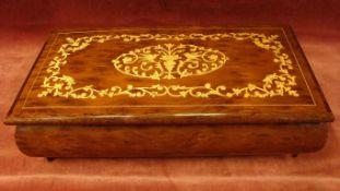 Dose mit Einlegearbeiten im Deckel, Holz, (ein kl. Fuß fehlt), ca. 24,5 x 14 cm