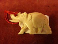 Geschnitzte Figur, Elefant, Bein, als Brosche gearbeitet, ca. 5 x 3 cm