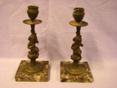 Paar Messingleuchter auf eckigen Marmorsockel, mit Puttendarstellungen, H. ca. 21 cm