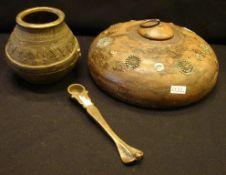 3 Teile Messing/ Holz, Indien (Kalkgefäß, Löffel, Wasserbehälter)- - -22.00 % buyer's premium on the