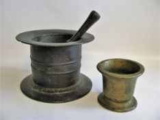 2 Mörser mit einem Stößel, 17./18. Jahrhundert, Bronze, h 10/16 cm.- - -19.00 % buyer's premium on