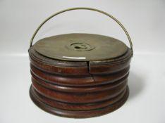 Antiker Fußwärmer, 19. Jahrhundert, Holz mit Kupfer- und Messingeinsatz, h 12,5 cm, d 26 cm.- - -