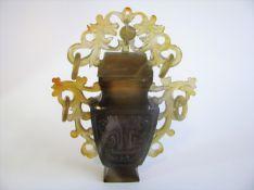 Deckelvase, China, gräuliche Jade fein beschnitzt, 13,5 x 11 x 2,5 cm.- - -19.00 % buyer's premium
