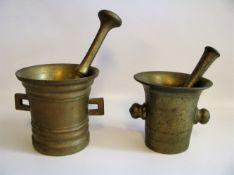 2 Mörser mit Stößeln, 19. Jahrhundert, Bronze, h 13/14 cm.- - -19.00 % buyer's premium on the hammer