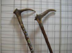 2 alte Spazierstöcke mit Hirschhorngriffen, l 82/89 cm.- - -19.00 % buyer's premium on the hammer