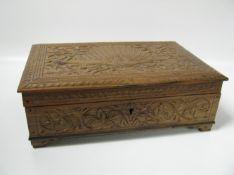 Schatulle, Indonesien, Edelholz fein beschnitzt, Scharniere min. ausgebrochen, 11 x 31,5 x 20 cm.- -