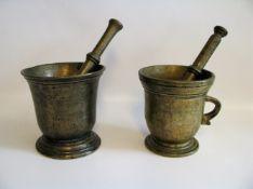 2 Mörser mit Stößeln, 18. Jahrhundert, Bronze, h 14/15 cm.- - -19.00 % buyer's premium on the hammer