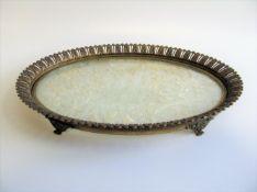 Ovales Tablett auf Füßchen, Frankreich, um 1900, Metall vergoldet, 3,5 x 28 x 22 cm.- - -19.00 %