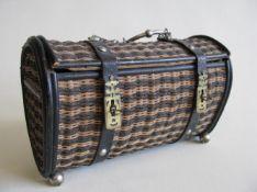 Tasche, 19. Jahrhundert, Korb geflochten, 1 Füsschen fehlt, 15 x 24 x 11,5 cm.- - -19.00 % buyer's