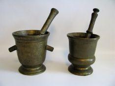 2 Mörser mit Stößeln, 18. Jahrhundert, Bronze, h 14,5/15,5 cm.- - -19.00 % buyer's premium on the