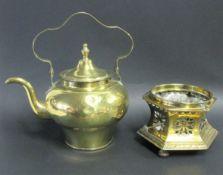 Henkelkanne auf Réchaud, 1. Hälfte 19. Jahrhundert, Messing, h 19 cm, d 24 cm.- - -19.00 % buyer's