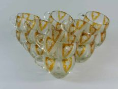 12 Bowlegläser, wohl Böhmen farbloses Kristallglas, gebauchter Korpus mit montiertem Henkel,