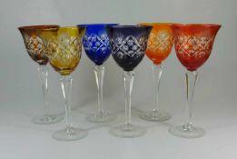 6 Römer in verschieden Farbenfarbloses Kristallglas, Scheibenfuß und facettierter Schaft mit