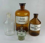 3 Apothekerflaschen und ein GlasmörserKlarglas-Mörser und -Stößel, Boden mit ausgeschliffenem