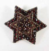 sechseckige Granat- Brosche, Böhmen, Anfang 20.Jh.aufgearbeiteter Mittelstern, Kugelbroschierung,