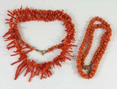 2 Korallen-Colliers, 20er Jahre1* Astkoralle verjüngend, Federringverschluss, L.48cm; 1*lachsrote,
