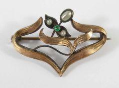 Brosche Jugendstil, um 1910Doublé, kleine Flußperlen und smaragdgrüner, kl.Stein, L.3cm