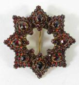 vieleckige Granat- Brosche, Böhmen, Anfang 20.Jh.offenes Mittelstück, D.3,5cm