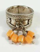 silberner Ring mit KorallentroddelnGew.7,34g, U.55
