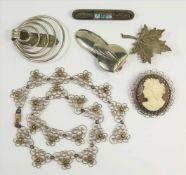Filigranschmuck, Silber, 2 Silberbroschen und 2 Art-Déco-Tuchklemmen, Modeschmuck; Collier und