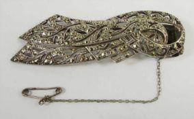 silberne Tuchklemme, Art Déco, verschlungene Bandform mit Markasitenbesatz, L.6,5cm mit