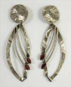 Paar lange Ohrclips, Metall, ziseliertes, gewelltes Metall mit jeweils 2 roten Steinen, Gesamt-L.9,