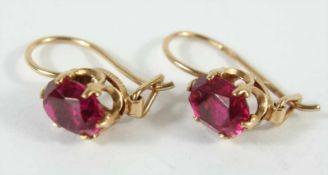 Paar Ohrringe mit rubinroten, ovalen Steinen, 583er Rotgold, Gew.2,43g, facettiert,