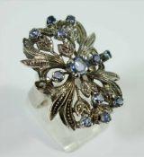 Ring mit 13 Saphiren, 750er Weißgold, Gew.9,02g, floral gestalteter, großer Ringkopf, ein Stein zu