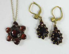 Paar Granat- Ohrhänger und Granat- Anhänger an Silberkette, Ohrhänger mit Klappbrisur, L.mit