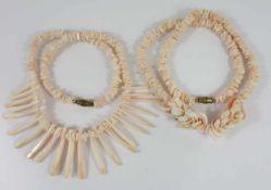 2 Korallenketten, weiß-rosé, 20er Jahre, Gew.64,80g, Scheiben und Stäbe, Schraubverschluss, L.40cm
